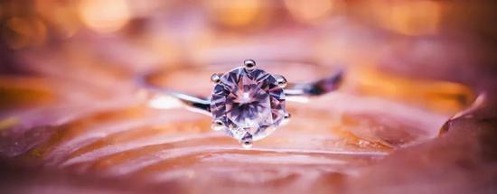 爱TA就把TA的骨灰做成钻石戴手上这种殡葬方式你接受吗
